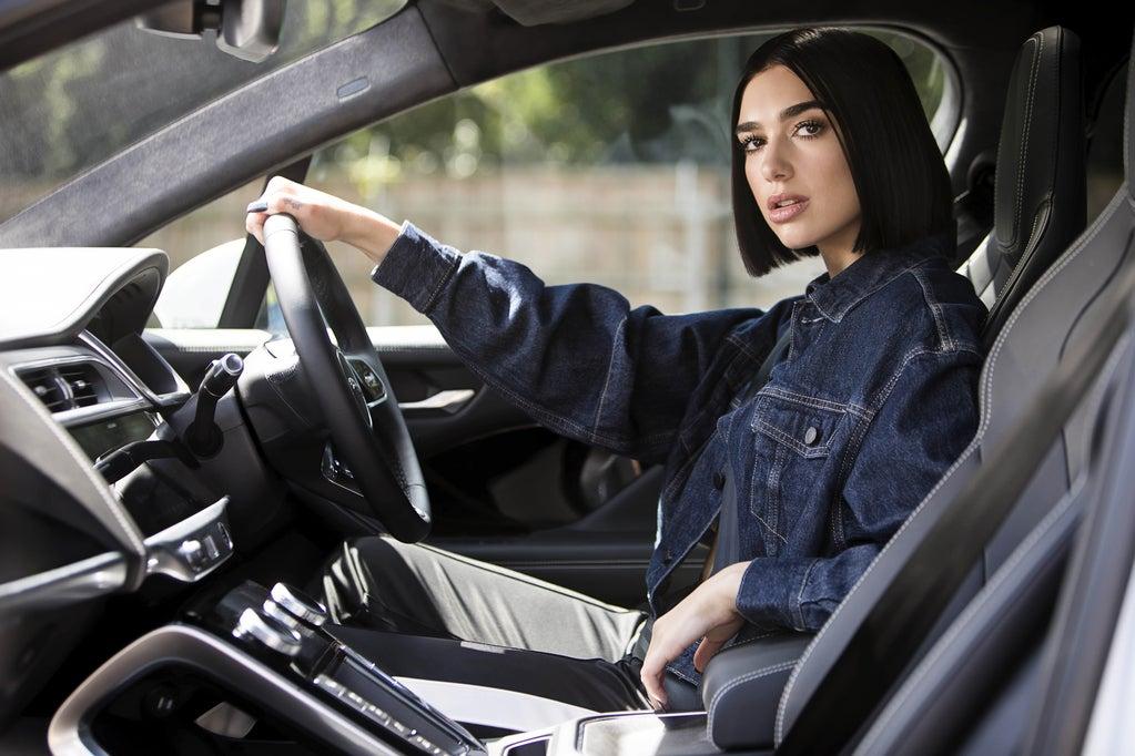 Dua Lipa se une a Jaguar para colaborar en música y tecnología