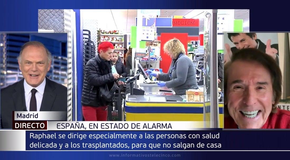 Pedro Piqueras y Raphael en Informativos Telecinco