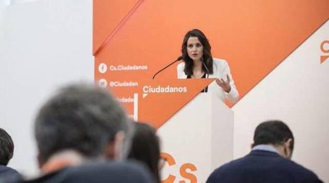 La líder de Ciudadanos en Cataluña ha sacado los colores a los responsables de los sindicatos mayoritarios con lo obvio: más de 3.500 empresas huidas y una economía hundida tras el 1O.