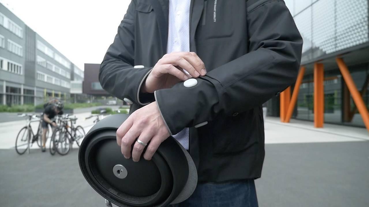 Ford crea una chaqueta inteligente que indica a los ciclistas cuando girar