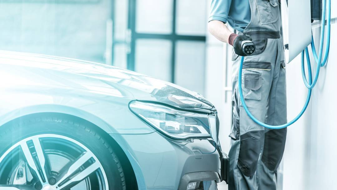 Cómo adaptar el taller a la llegada del coche eléctrico e híbrido