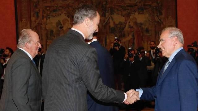 El Rey, este lunes, junto a su padre, saludando a Alfonso Guerra.