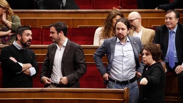 Alberto Garzón da la nota el día de la Constitución anunciando una querella contra don Juan Carlos