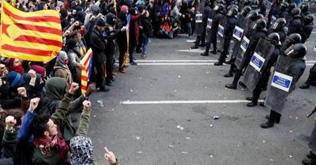 EL ZASCA DE UN MOSSO A UN CDR: ' LA REPUBLICA NO EXISTE, IDIOTA '