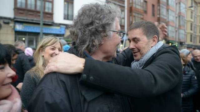 La foto de la vergüenza para Sánchez: todos sus socios tras una pancarta a favor de los presos de ETA
