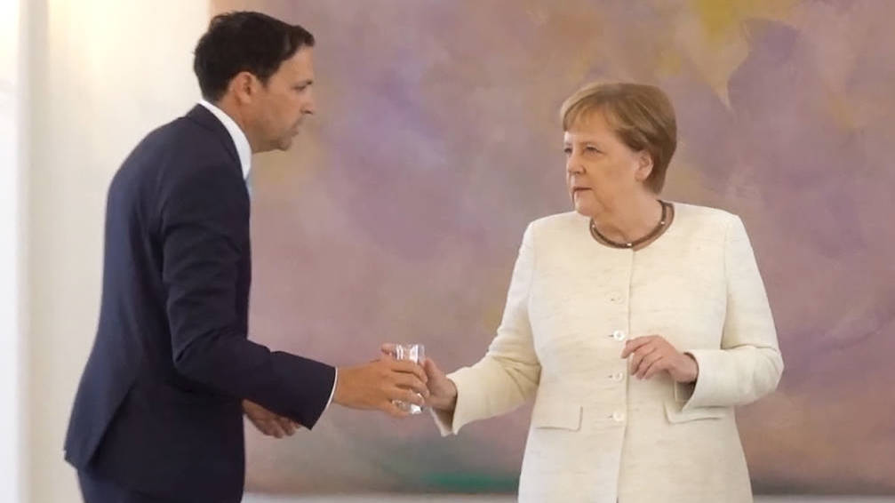 Angela Merkel vuelve encender todas las alarmas con otro ataque de temblores