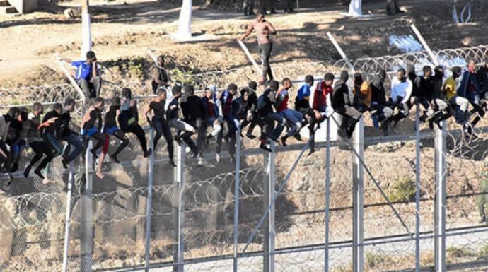 Marruecos da un golpe bajo a Marlaska y le deja en ridículo y «mudo» en la valla de Ceuta