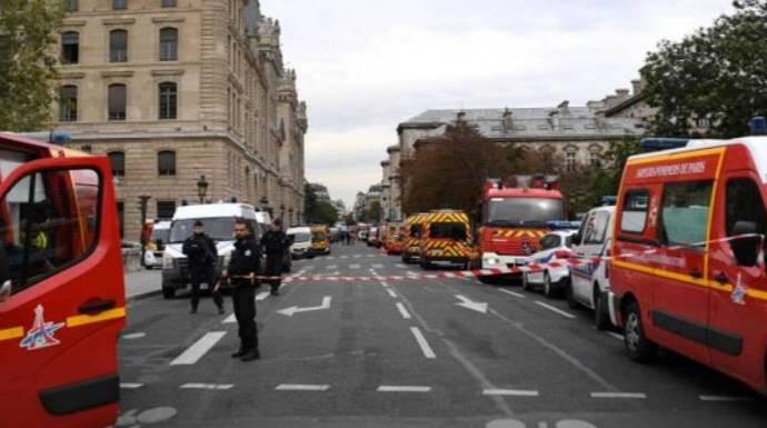 Un hombre acuchilla mortalmente a cuatro policías en París y resulta finalmente abatido