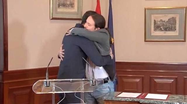 Sánchez e Iglesias en su abrazo de este martes.