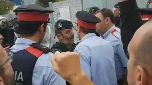 Un grupo de mossos rodea e increpa a un mando de la Guardia Civil el 1-O.