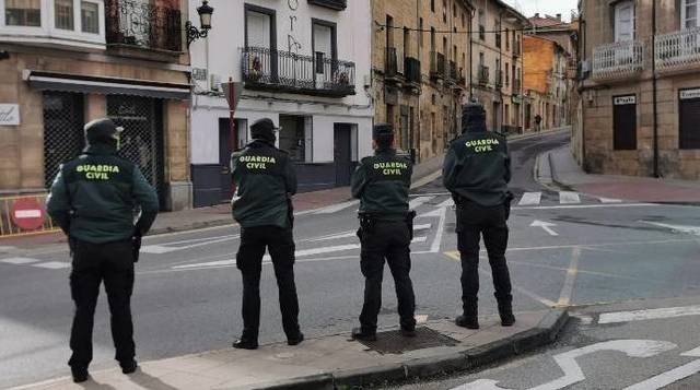 Agentes de la Guardia Civil, sin protección, durante el brote de coronavirus en la localidad riojana de Haro.