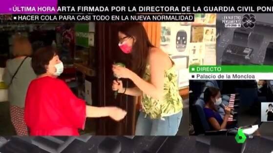 Una anciana se enfada con una reportera de La Sexta mientras trataba de ayudarla