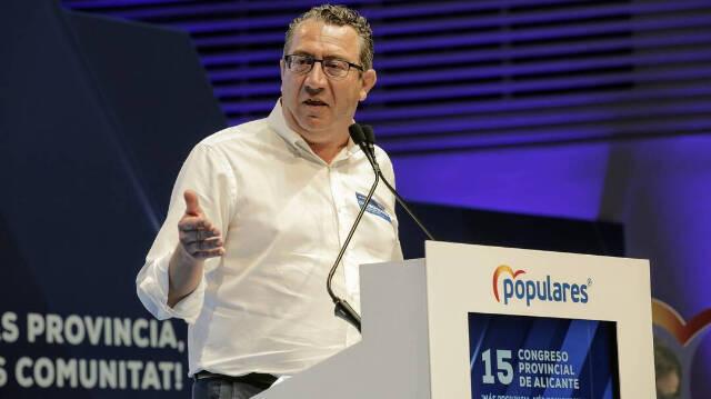 Toni Pérez, secretario general del PP en Alicante, anuncia la recogida de firmas online para apoyar el 'Plan Antiokupas'.  EsDiario.