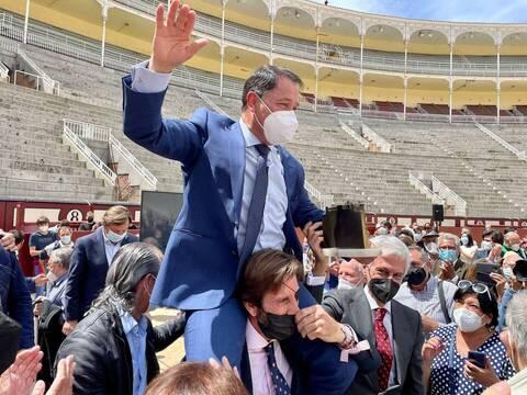 César Rincon es sacado a hombros por sus compañeros en el homenaje recibido